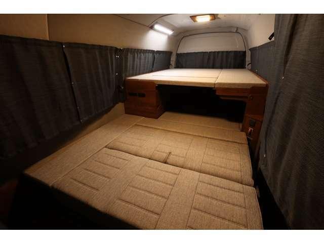 2段ベッド展開も可能です!ベッドマットは車内収納が可能ですので、シーンに合わせてレイアウトの変更が可能です♪