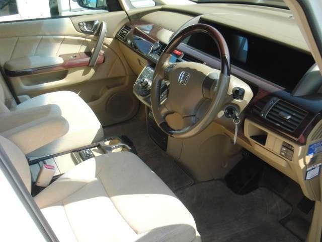 ☆運転席はゆったりとした空間で快適にドライブが出来ますね!☆