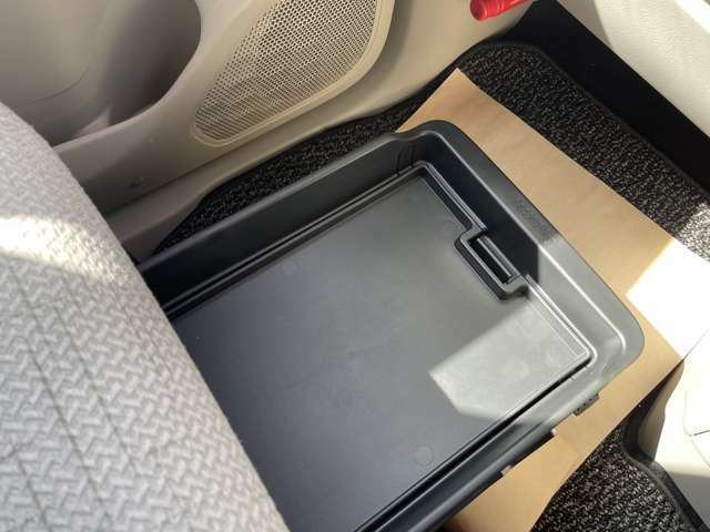 助手席下の収納ボックスです。