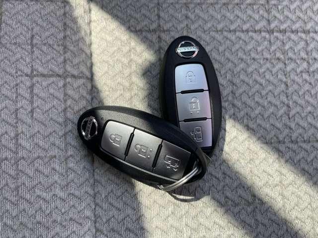 インテリジェントキー キーをポケットなどに入れておけば、リクエストスイッチを押すだけで、ドアのロック・アンロックができエンジンの始動・停止もキーを取り出すことなくできます。
