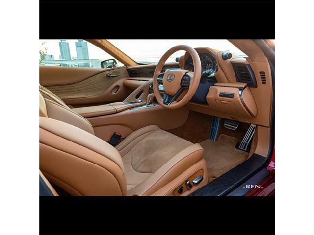 コックピットは、ドライバーとクルマの一体感を醸成するドライビングポジションとし、ペダル配置、ステアリング傾角、シートのホールド性など、徹底した走り込みに基づく細部にこだわっています。