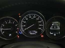 中央にスピードメーターを配置し速度を確認しやすくなっています
