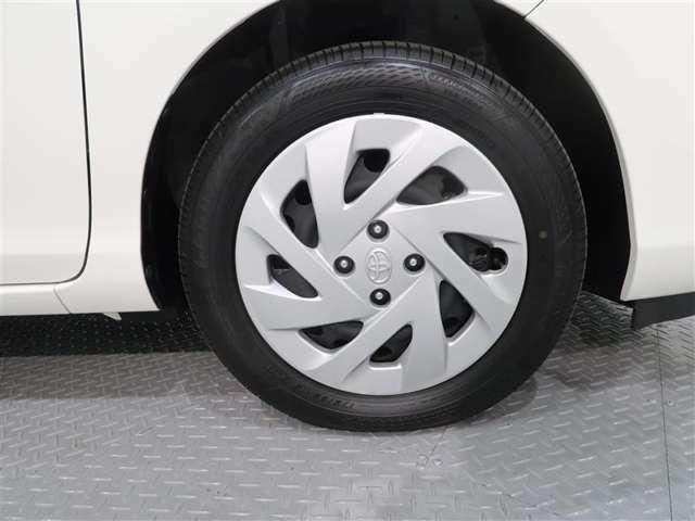 クルマのデザインにマッチしたホイールキャップ。タイヤサイズは、175/65R15です。