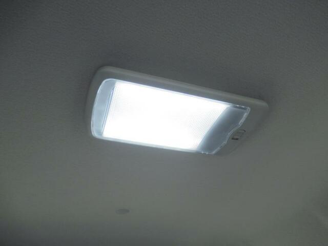 荷室の上にLED照明があるので、暗いところでの荷物の載せ降ろしも安心です。