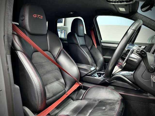 シートベルトはオプション選択の【カラードベルト】へ変更。こちらのインテリアのレッドステッチと相性よくお洒落さを演出。
