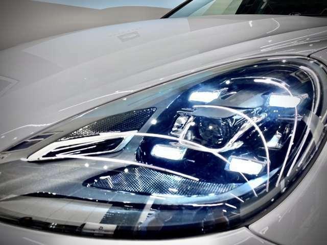 【LEDヘッドライトPDLS+】が装着されております。【デイライト】にしてありますので4灯のLEDが常にカイエンGTSの存在をアピール。