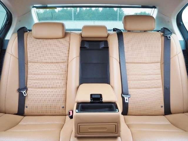 上質な座り心地の後部座席。室内への日差しを和らげる電動サンシェードもついています。