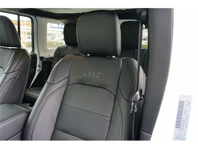 【Jeep】刺しゅう入りブラック革シート装備☆