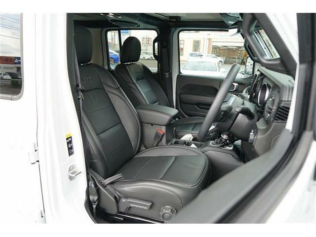 【Jeep】刺しゅう入りブラック革シート装備☆運転席・助手席はシートヒーター装備☆またシートリフター装備でお好みの運転位置に調整が可能です☆