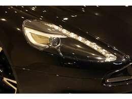LEDの組み込まれたヘッドライトは、アストンマーティンらしさのあるデザインとなりますね。