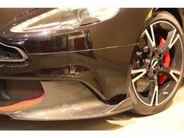 Sには、エアロダイナミックパッケージが装備されており、フロントスプリッターはカーボン製となります。