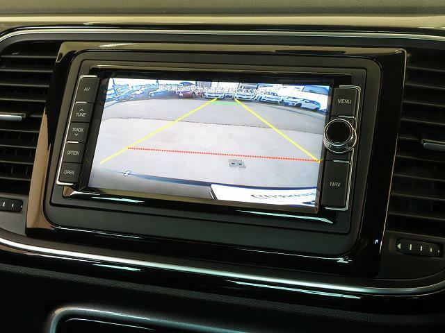 リヤビューカメラ:ギヤをリバースに入れると車両後方の映像を映し出します。車庫入れや縦列駐車などの際に安全確認をサポートします。