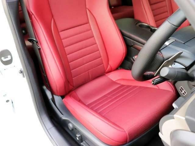 運転席のシートの状態です。シートはパワーシート・シートヒーター付きです。スレ・シワ・ヘタリ等なく、ほとんど使用感なく、きれいな状態です。純正のフロアマットもついております。