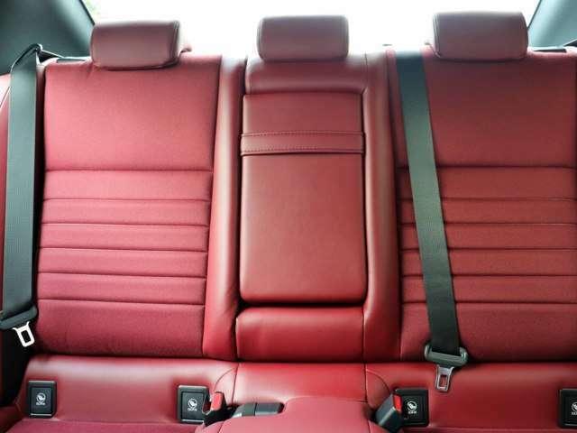 リヤシートの状態もきれいです。スレ・シワ・ヘタリ等なく、きれいな状態です。ほとんど使用感ございません。