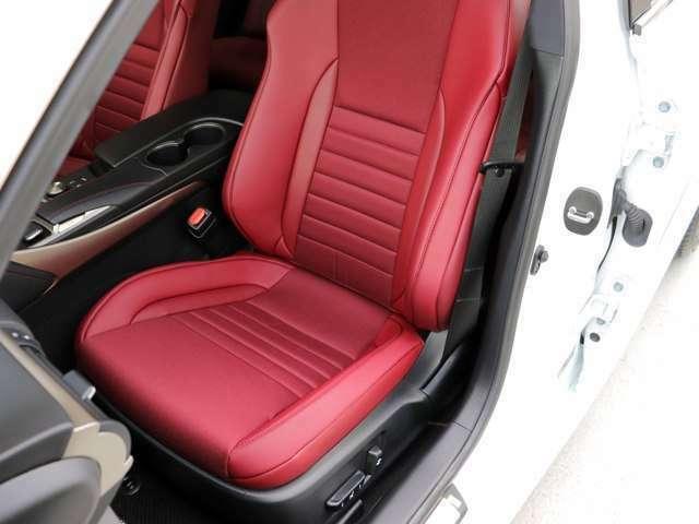 助手席のシートの状態です。シートはパワーシート・シートヒーター付きです。スレ・シワ・ヘタリ等なく、ほとんど使用感なく、きれいな状態です。純正のフロアマットもついております。