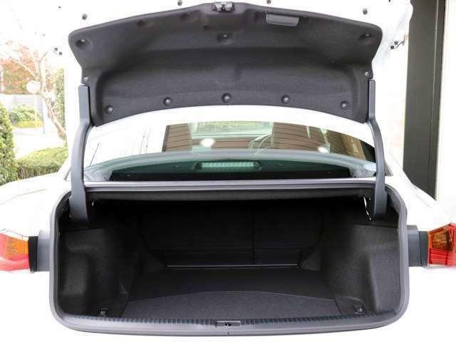 後席6対4分割可倒式シートでトランクも大容量です。開口部も大きく、荷物の出し入れも楽々です。