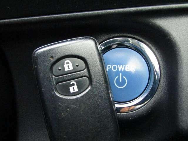 【プッシュスタート&スマートキー!】ポケットやバッグにキーを入れたまま、エンジン始動&ドアノブを引くなどの動作だけでドアの解錠施錠ができる「キー」。