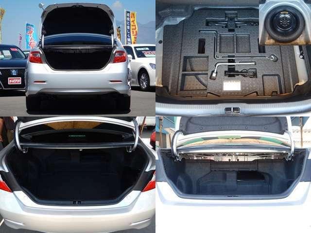 【トランク開口時】荷室は間口・奥行共にゆとりのある造りになっています♪運転席側の後部座席は背もたれを倒す事ができるので長い荷物も積めますよ♪荷室下には純正工具とスペアタイヤが付いています。