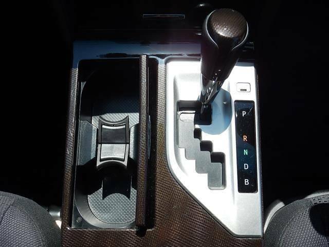 【運転席・助手席間】フロアタイプのシフトレバーです。誤操作の少ないゲート式になっています♪
