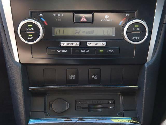 【インパネセンター部】運転席側と助手席側でそれぞれ個別に温度設定できるデュアル式オートエアコン操作パネルです♪下にはドライブモードスイッチ(ECO:燃費優先駆動/EV:モーター駆動)とETCがついています♪