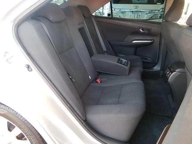 【後部座席側】ゆったり座れる後部座席です♪中央の背もたれを倒せば大きなカップホルダー付のアームレストになります♪