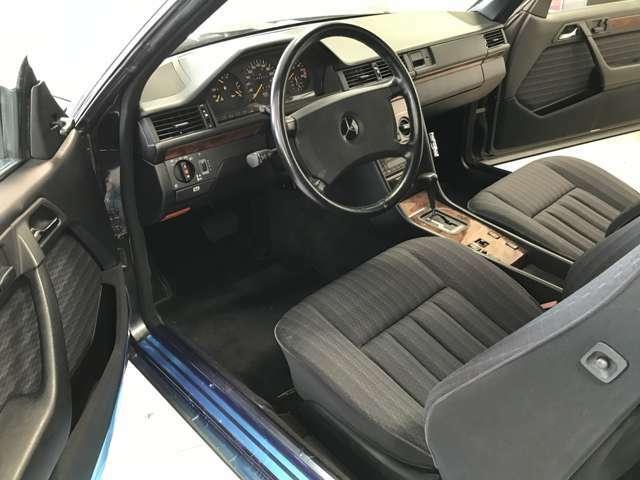 ガレージ保管のため、紫外線の影響の少ない内装状態です。定評のあるクロス生地のシートはすれ、やれとは無縁です。