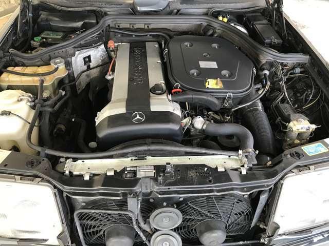 このエンジンはメルセデスの誇るアルミシリンダーヘッドを使用したDOHC直列6気筒2960ccエンジンは素晴らしいレスポンスで225ps.27.6kg-mを発揮します。