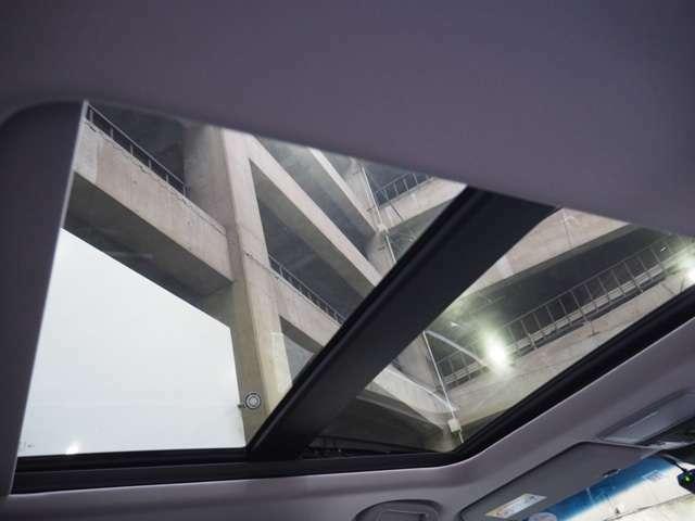 車内の開放感を一段と向上。車内の換気などに便利なメーカーオプションのチルトアップ機構付電動ガラスサンルーフ付きです