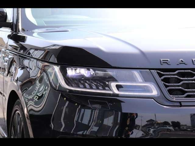 マトリックスLEDヘッドライトは、街中や郊外、悪天候など走行状況に合わせてライトビームを調整します。そして、メインビームを微細なストライプに分割し、対向車の周囲だけを照らしてまぶしさを軽減します