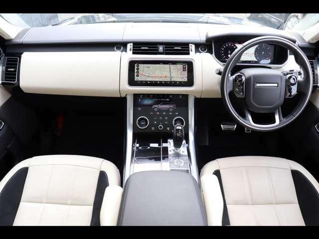 スポーツコマンドドライビングポジションは、前方を遠くまで見渡せ、運転に安心感を与えます。また、アイボリー&エボニーの2トーンレザーインテリアは、上質な空間を演出します。