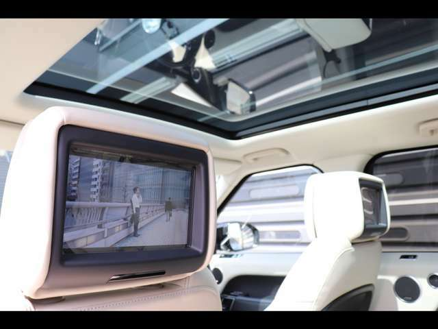フロントシートのヘッドレスト背面に2つの8インチスクリーンを備えたシステムです。2セットのデジタルワイヤレスヘッドホン、HDMI、USBポートが含まれています。