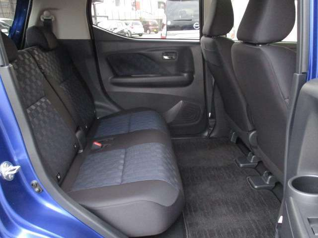 後席は脚を組んで座れるほど、ひざ周りスペースも広く、窮屈さを感じさせません☆