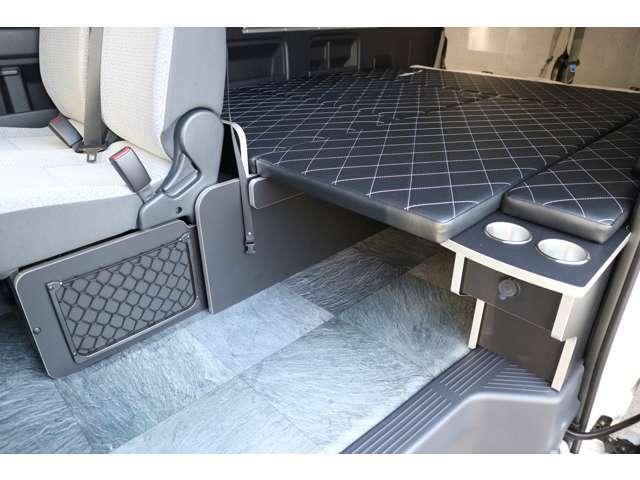 2列目下シートフレームパネル&ネット付き!カップホルダー&USB充電ポート付き家具!車輌持ち込みにて内装施工出来ます!
