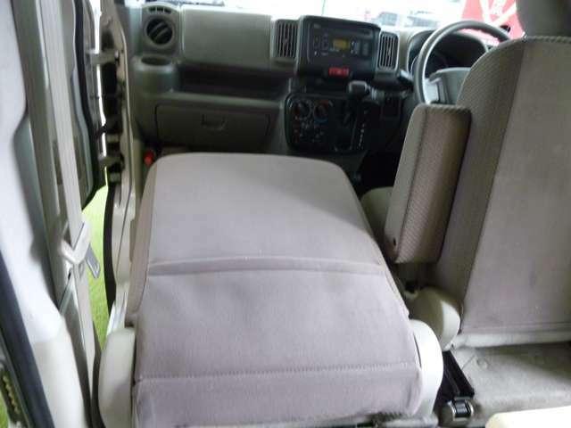 助手席は前にも倒せます。長い荷物も積めますよ。