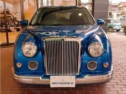 最近ではあまり見られないような、大型の格子状グリルがこの車の最大の魅力です!