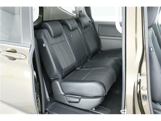 セカンドシートはゆったり使えるベンチシート。チャイルドシートを乗せるご家庭でも安心の余裕たっぷりのシート。ロールサンシェードもついていますので、お子様のお休み中も安心です◎