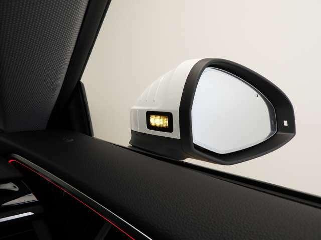☆エグジットワーニング:停車時に後方から近付いてくるクルマや自転車を感知。ドアを開ける際にはドアのストリップライトとアウディサイドアシストによるドアミラーの警告灯が点灯します☆