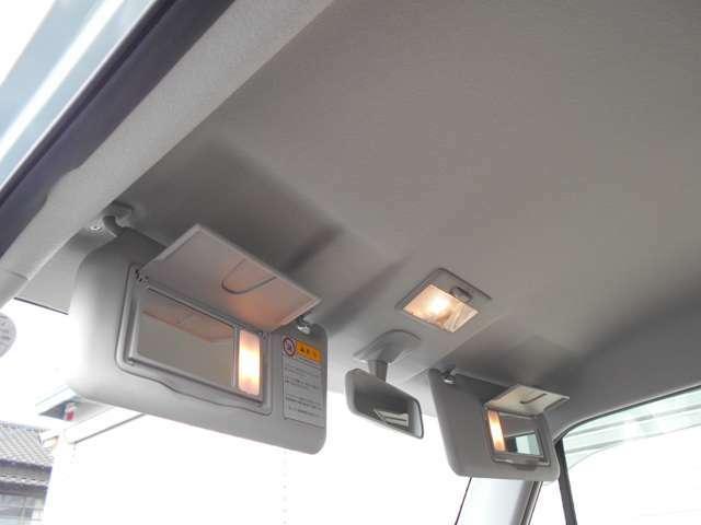 運転席&助手席には『大型ライト付きバニティミラー』も完備♪