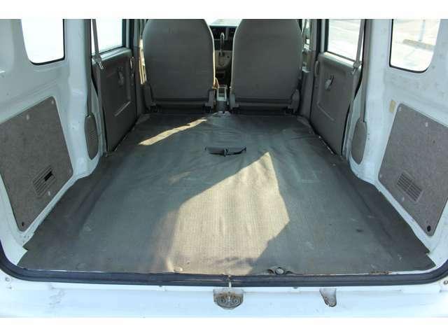 シートを倒せばフラットになるので広い荷物スペースです。