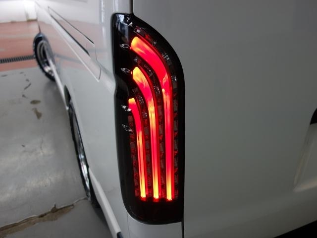 新車ハイエースV、DX5ドア人気のスポーツパッケージ完成致しました!!ホワイト×マッドブラックに拘り作成した1台!!お仕事にも最適な1台!!