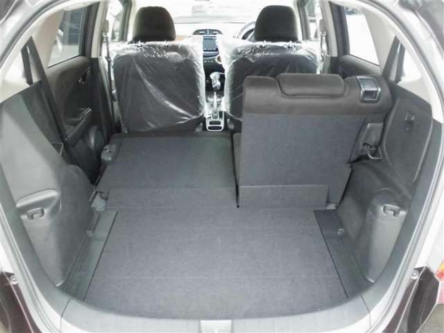 後席を倒すことで広々としたラゲージスペースを確保できます。