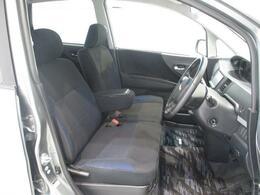 フロントシートはアームレスト付きのベンチシートでゆったり座れます!