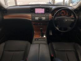 黒革シートに木目調パネルで高級感が増しています♪上質空間で運転中も気分が上がります♪