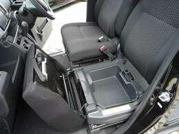 左フロントシートの座面を起こすと小物入れがあります。