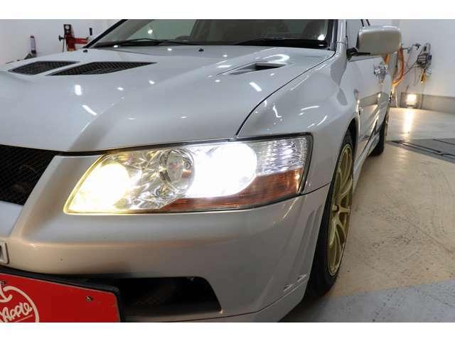 またランサーエボリューションVIIからヘッドライトにHIDが採用され、以降のエボシリーズはGSRグレードにHIDが標準装備されている。