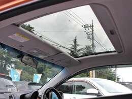 希少メーカーOPの大開口のスカイルーフを装備☆車内の採光性にも優れていますしなにより開放感と高級感がありますね☆後付けできない装備ですのでぜひ装着車をお勧めいたします☆