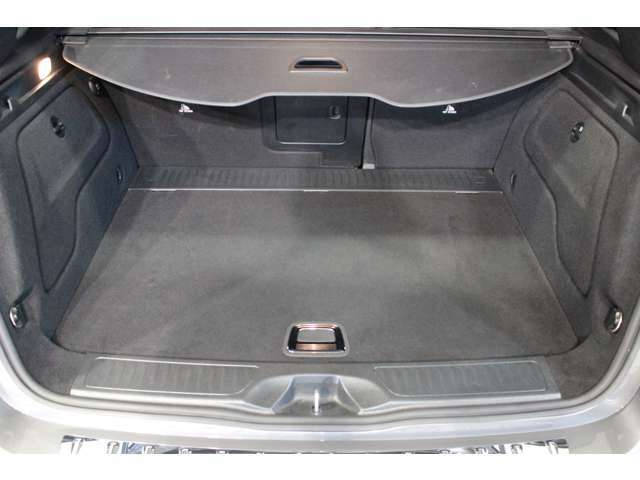 トランク容量は同一他社車両より広く、旅行やゴルフ等様様なシツエーションで役立ちます。