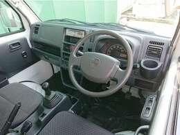 運転席ににゆとりを生む広く快適なキャビンに収納スペースも充実しているインテリア