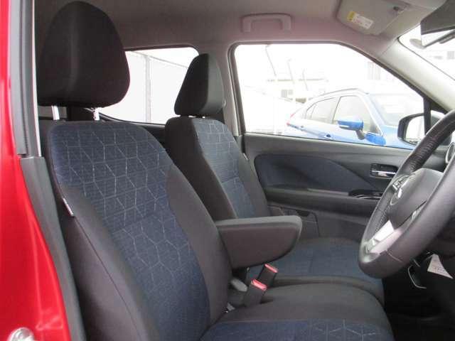 センタ-ア-ムレスト付きでゆったり包み込むようなフロントシート!長距離運転の疲労も軽減してくれます!