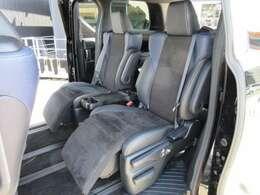 ハーフレザーシートの7人乗車でオットマン付きです!!